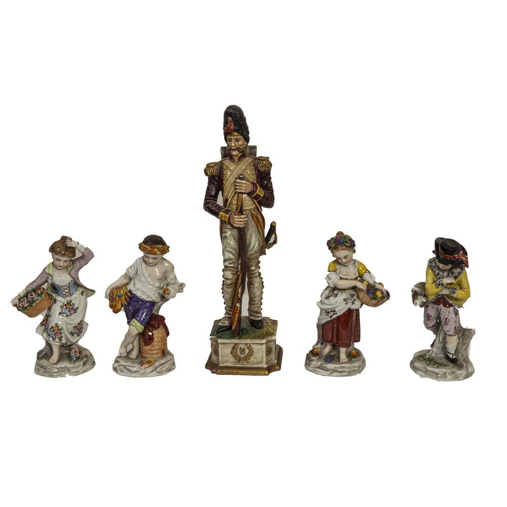"""Lot 702 - LOTTO composto da quattro SCULTURE in porcellana Capodimonte raffiguranti """"Fanciulli con cesti"""" e da"""