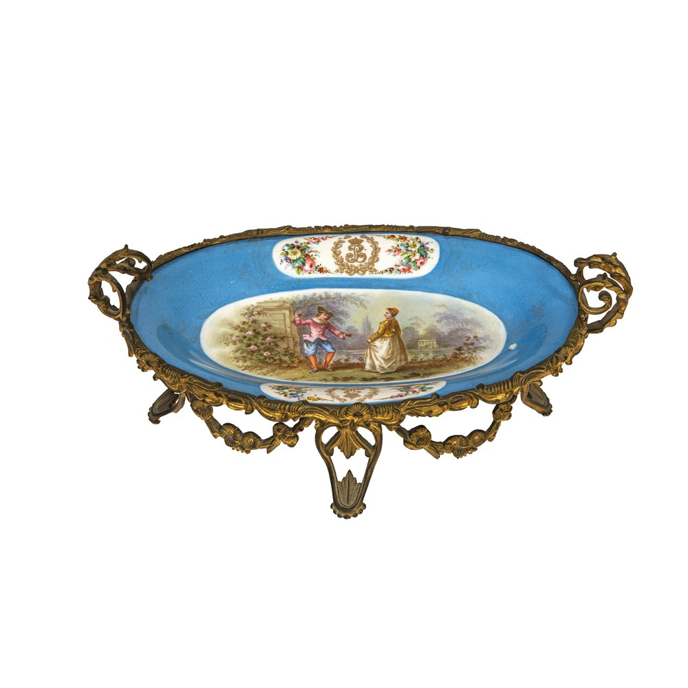 "Lot 993 - ALZATINA ovale in porcellana di Sevres dipinta a mano raffigurante ""Scene galante"", base in"