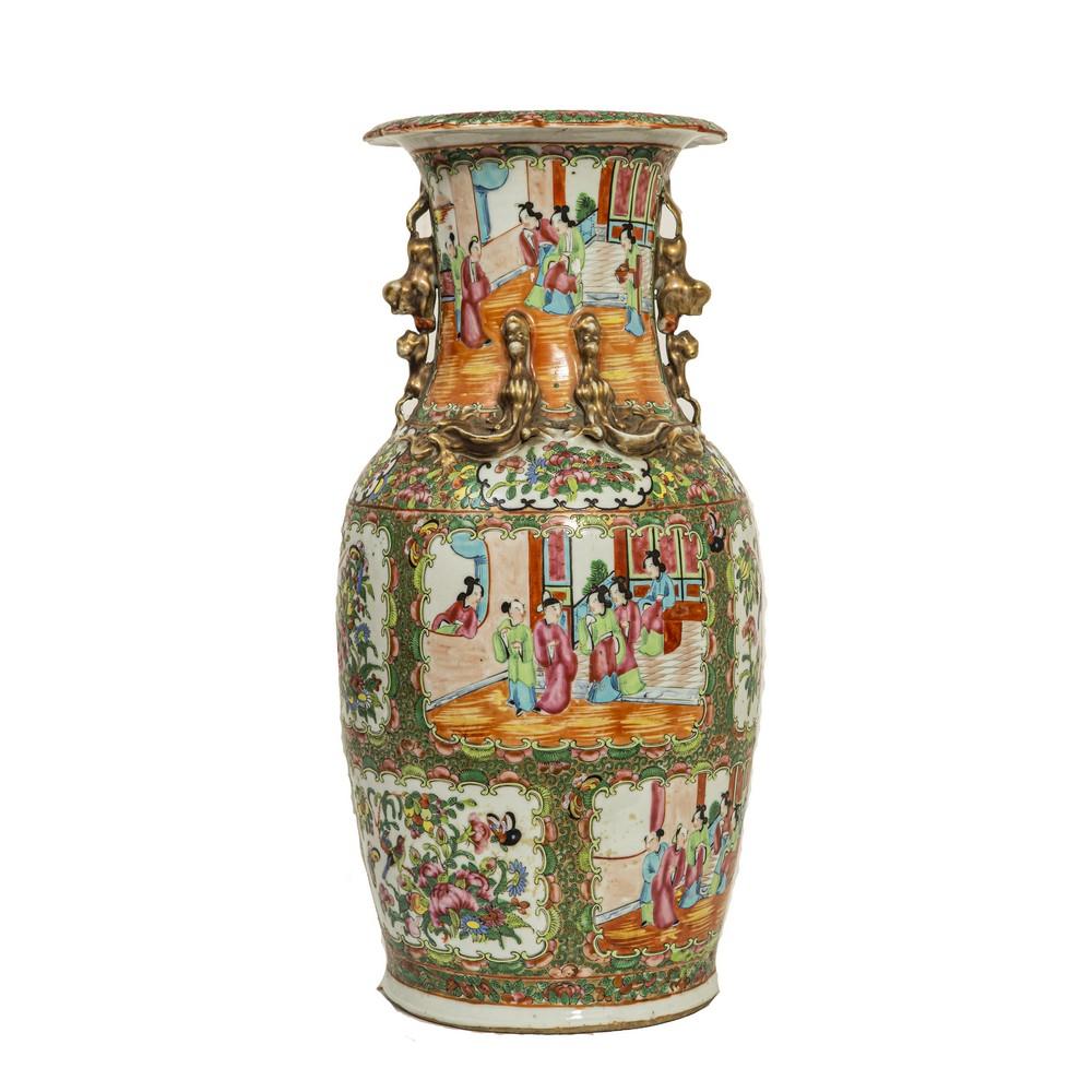 """Lot 371 - VASO in porcellana decorata raffigurante """"Scene di vita orientale"""". Cina XIX secolo"""