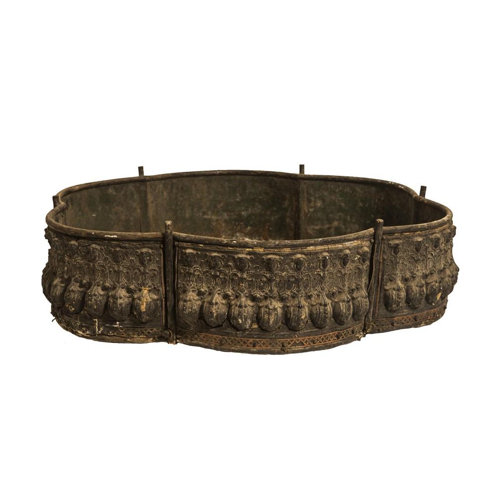 Lot 174 - FIORIERA sagomata in legno e stucco. Sicilia periodo Liberty primi 900 Misure: cm 61 x 61 x h 18
