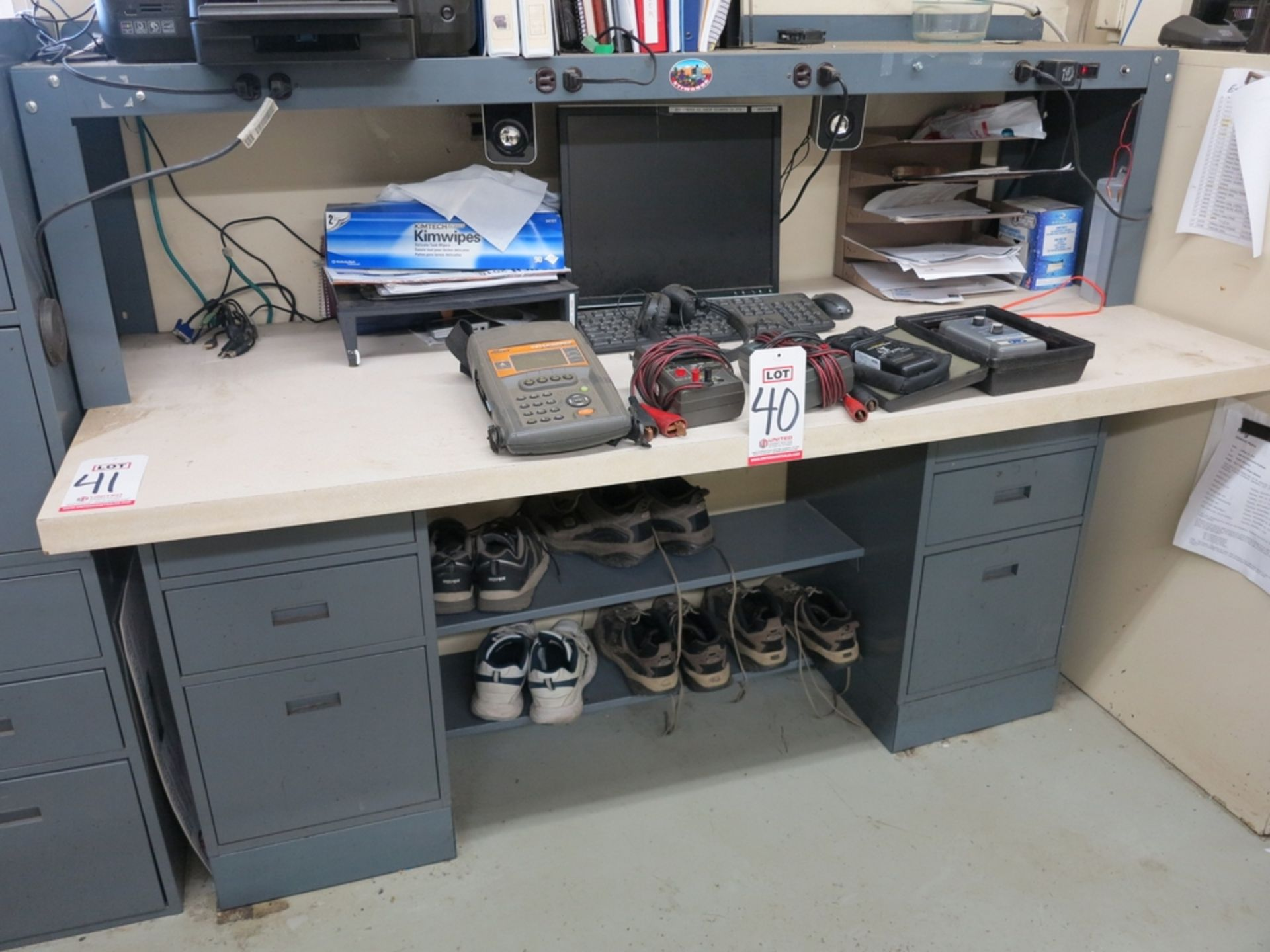 Lot 41 - DESK/WORKBENCH, WITHOUT CONTENTS