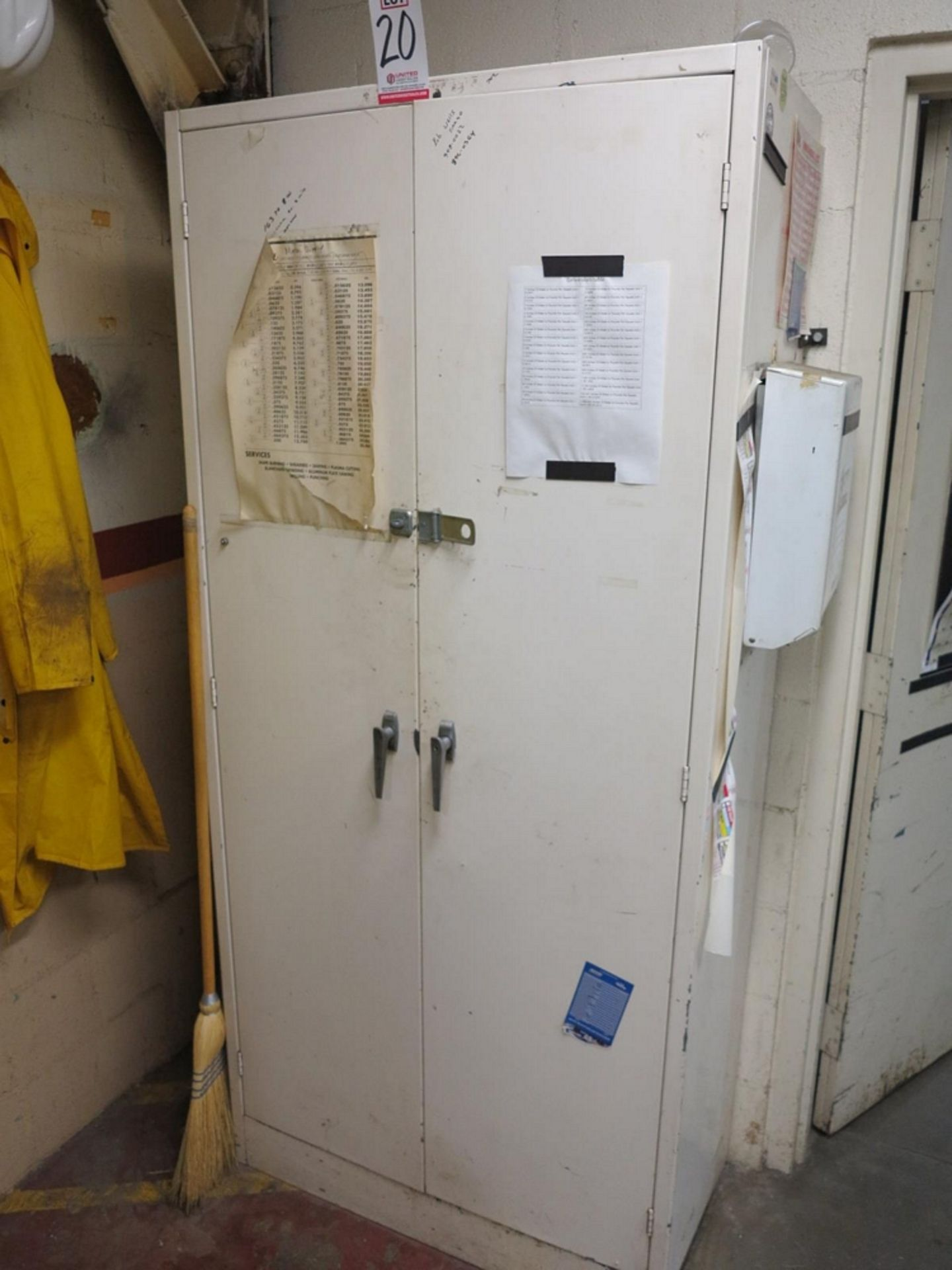 Lot 20 - 2-DOOR STORAGE CABINET W/ CONTENTS TO INCLUDE: CYLINDER HONES, EXTRA STONE SETS, MAG BASE HOLDERS,
