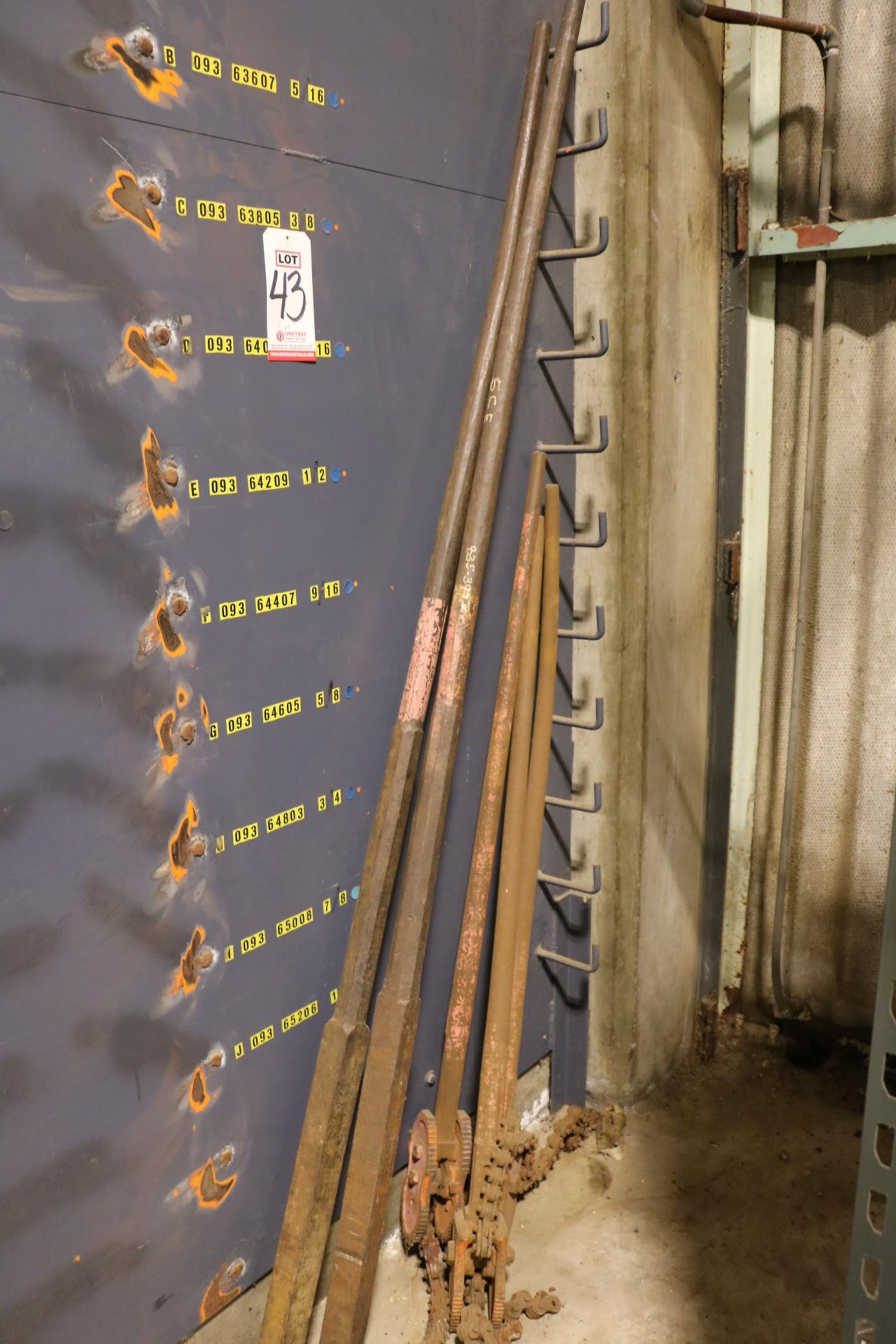Lot 43 - LOT - (2) LARGE PRY BARS AND (3) LARGE CHAIN PIPE WRENCHES