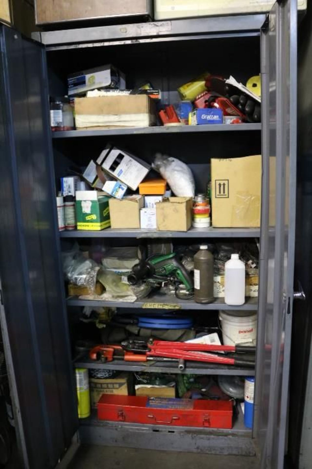 Lot 35 - CABINET W/ CONTENTS TO INCLUDE: ELECTRICAL DRILL, BOLT CUTTERS, PIPE CUTTERS, RIDGID THREADER, 9