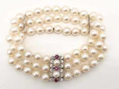 Dreireihiges Perlarmband 750 WG / 000, 3 Rubine Ø ca. 3,2 mm; Ø Perlen von ca. 5,5 mm (Verschluss)