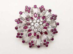 Brosche 750 WG / 15,9 g, Brillanten ca. 1,10 ct TW vsi, Diamanten ca. 0,80 ct Tw vsi und Rubine