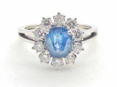 Ring 585 WG / 4,1 g, Saphir, 10 Brillanten ca. 0,65 ct W vsi-si; RG: ca. 52