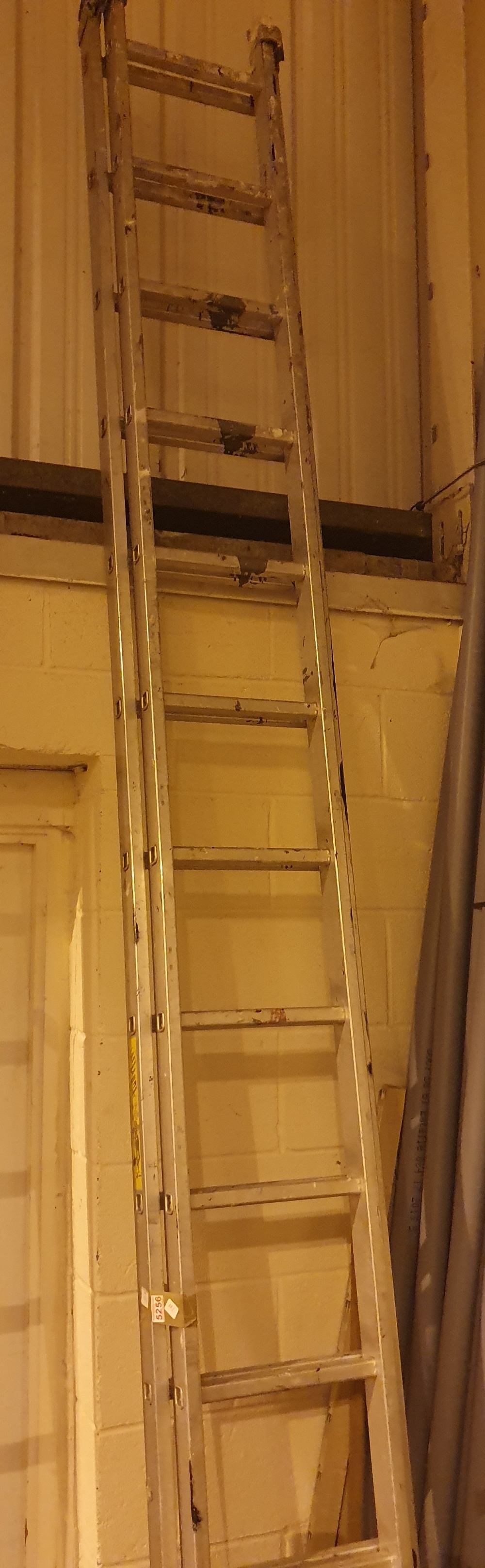 Lot 521C - Aluminium double extension ladder