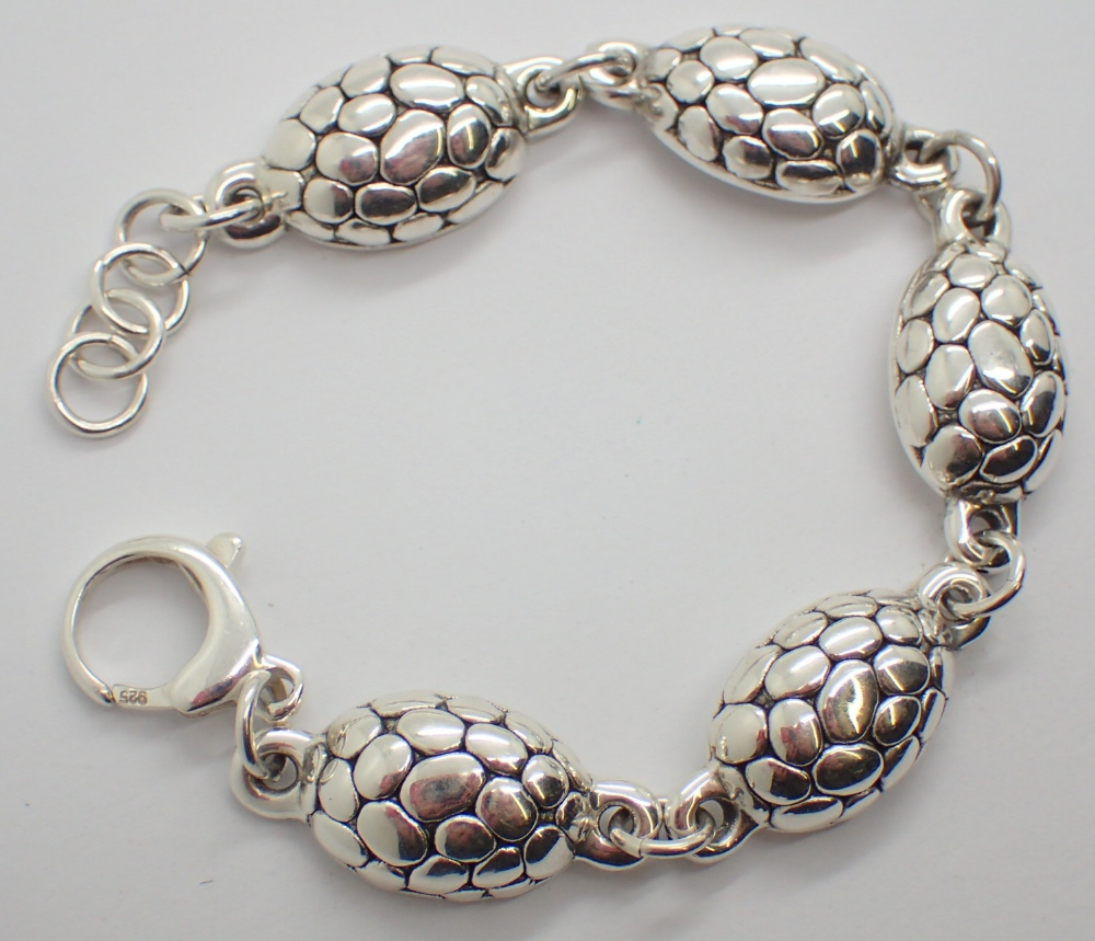 Lot 1213 - Silver turtle back effect bracelet L: 18