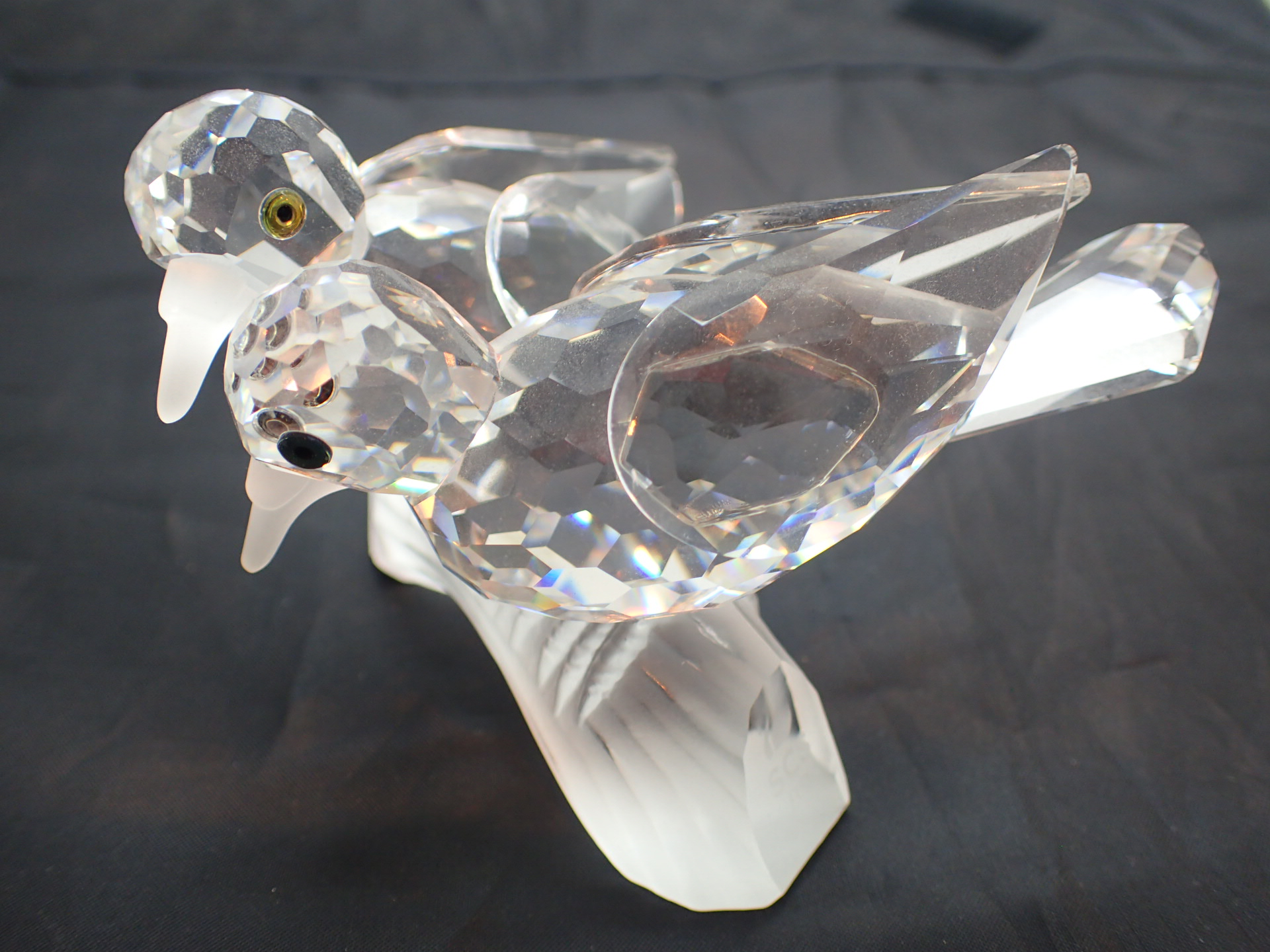 Lot 1724 - Swarovski limited edition Turtle Doves S
