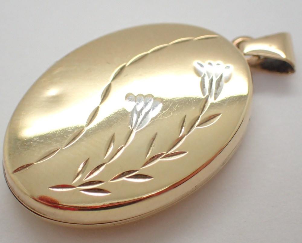 Lot 1230 - 9ct gold oval locket approximately 32 mm complete with interior 2.