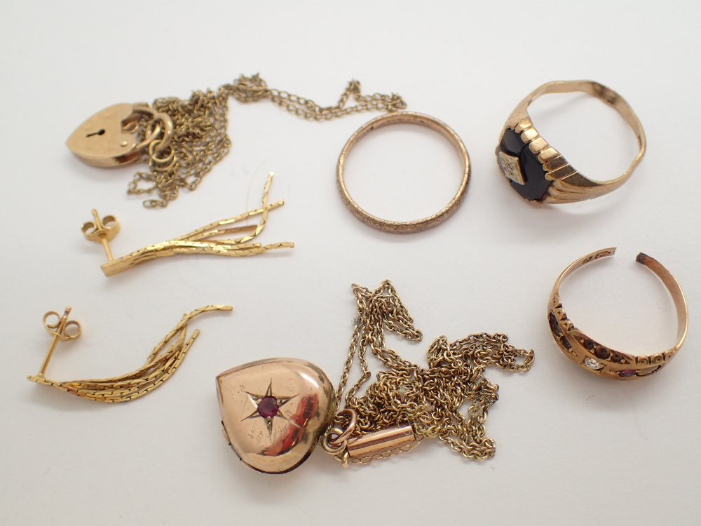 Lot 1219 - Collection of 9ct gold jewellery including locket rings etc 15.