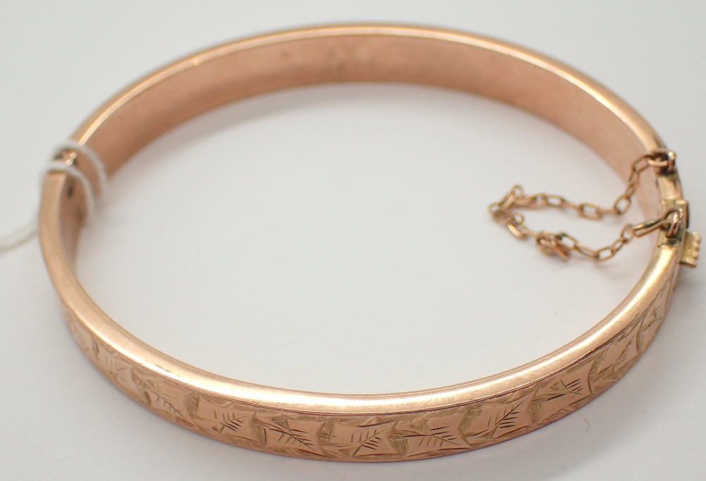 Lot 1251 - 9ct yellow gold ladies bangle with safety chain 8.