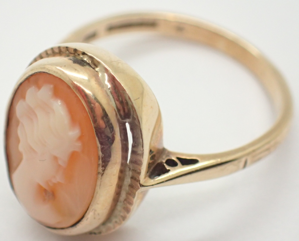 Lot 1237 - 9ct yellow gold cameo ring 3.