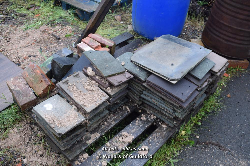 Lot 16 - SMALL QUANTITY OF MAINLY ROOF TILES