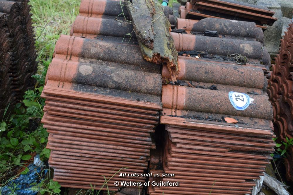 Lot 25 - PALLET CONTAINING A LARGE QUANTITY OF DOUBLE PAN ROOF TILES