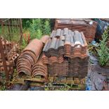 Lot 7 - PALLET CONTAINING A LARGE QUANTITY OF DOUBLE PAN ROOF TILES