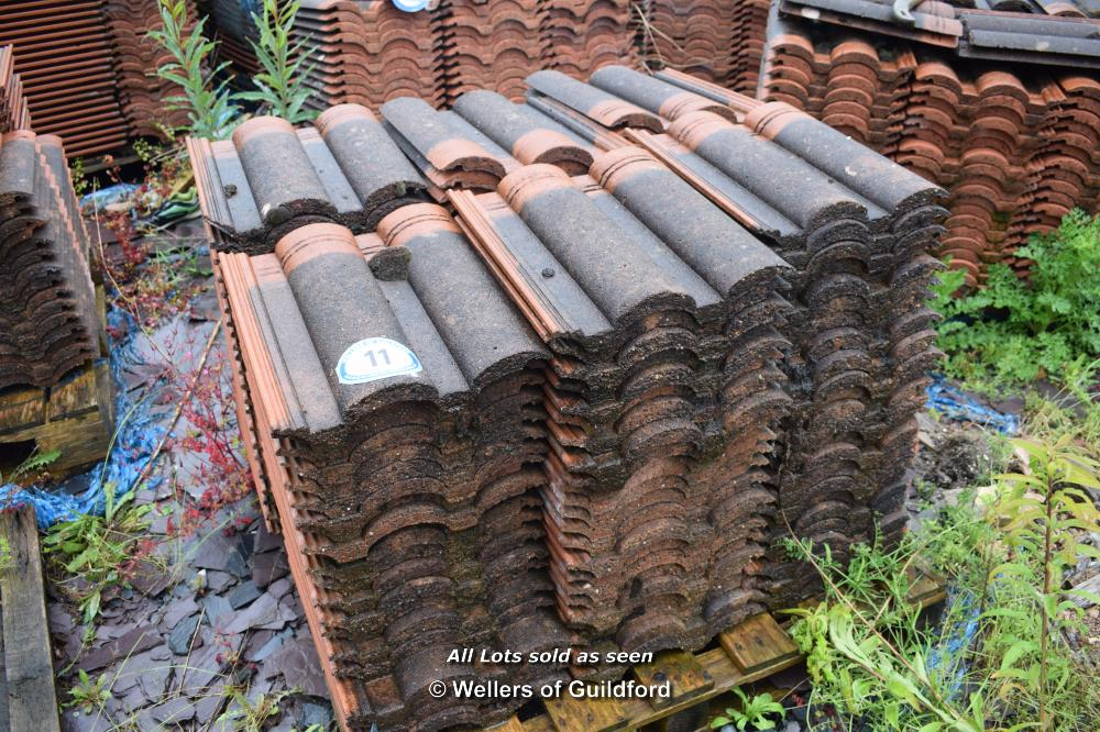 Lot 11 - PALLET CONTAINING A LARGE QUANTITY OF DOUBLE PAN ROOF TILES