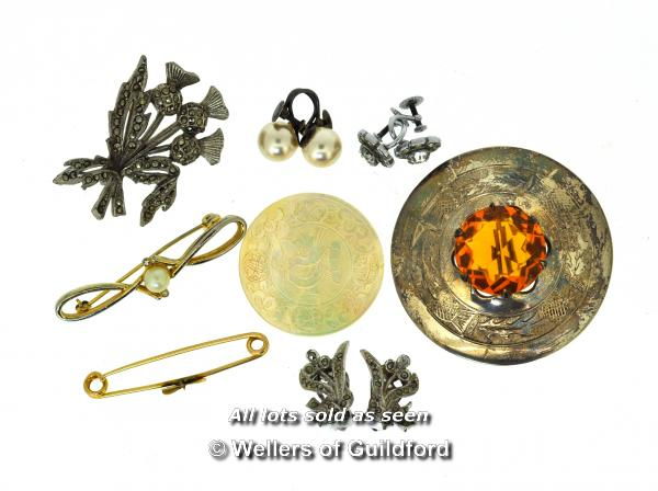 Lot 7018 - Vintage bar brooch in yellow metal stamped 15ct, a/f, weight 2.1 grams, together with a small