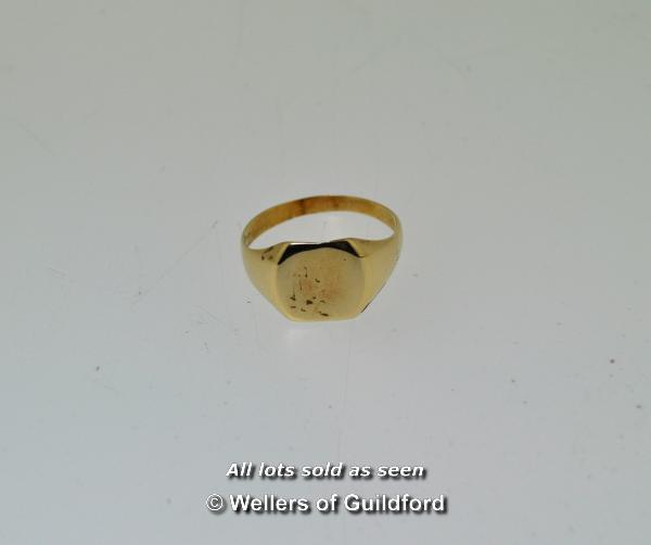 Lot 7010 - Gentlemen's yellow metal signet ring tested as 9ct, weight 3.1 grams, ring size S