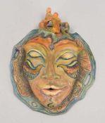 Wandmaske, Künstlerkeramik (wohl Unikat), polychromiert, mit figürlicher Bekrönung; Höhe 26 cm,