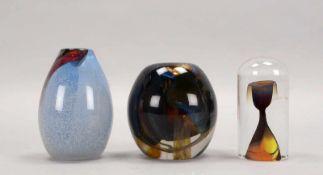 3 Künstler-Glasstücke, 2x Vasen und 1 Glasobjekt: 1x Klarglas-Vase, bauchig/leicht ovale Form,