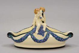 Karlsruher Majolika, figürliche Keramikschale, mit farbig staffierten 'Traubengirlanden', Henkel mit