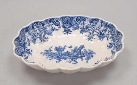 Lavabo-Becken/Schale, wohl Hanau, Fayence-Korpus/oval gefächert, mit blauer Bemalung auf weißem