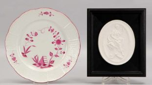Meissen, 2 Porzellanteile: 1 Plakette, Biskuitporzellan (Motiv nach Kaendler: 'Kalliope - Muse der