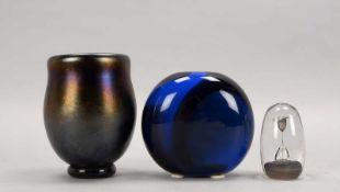 3 Künstler-Glasstücke, 2x Vasen und 1 Glasobjekt: 1x schwere Vase, schwarz-violett/gold
