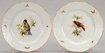 Meissen, 2 Schauteller, I. Wahl, Korb-Dekor, Spiegel mit Vogelmotiv, mit Goldrand, rückseitig mit