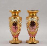 Paar Vasen, Biedermeier, rosafarbenes Glas, mit reicher Goldstaffage und Blüten-Applikationen;