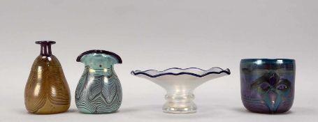 Eisch, kleines Glas-Konvolut, 4 Teile, jeweils signiert: 3x Vasen mit gekämmtem Fadendekor, und 1