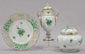 Herend, 3 Porzellan-Teile, Dekor Apponyi grün, handbemalt, jeweils mit Bodenmarke: 1 Teller, Fahne