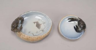Royal Copenhagen, 2 Porzellanschalen, jeweils am Rand mit halbplastischer Krabbenfigur, Korpus in