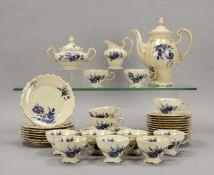Rosenthal, Porzellan-Kaffeeservice, Modell 'Pompadour', für 12 Personen (1x Untertasse leicht
