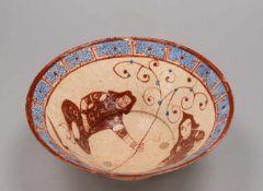 Keramikschale (islamisch), weit ausgestellte Form/auf schmalem Fuß, mit polychromer Glasurmalerei (