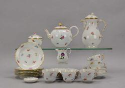 Meissen, Restservice, Form 'Großer Ausschnitt', Dekor 'Streublümchen', umfassend: 1 Kanne, 5x Tassen
