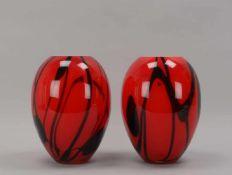 Paar Designer-Vasen, bauchiger Korpus aus starkem Glas, rot mit schwarzem Verlauf, Mündung