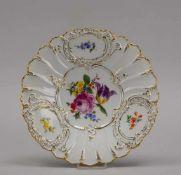 Meissen (Punktzeit), Prunkteller, I. Wahl, Reliefrand mit 'Streublumen'-Dekor, im Spiegel mit '