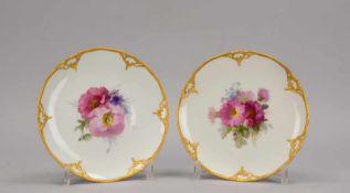 KPM Berlin, 2 Porzellanteller, vergoldeter Rocaillenrand, Spiegel mit Handbemalung (Blumenmotive);