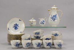 Meissen, Kaffeeservice, I. Wahl, Form 'Großer Ausschnitt', Aquatinta-Dekor 'Blaue Blume', für 12