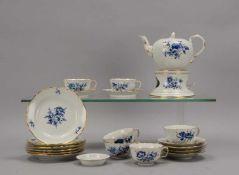 Meissen, Teeservice, I. Wahl, Form 'Großer Ausschnitt', Aquatinta-Dekor 'Blaue Blume', für 6