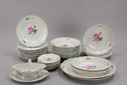 Meissen, Speiseservice, I. Wahl, mit Rosendekor, für 10 Personen, umfassend: 10 Suppenteller und