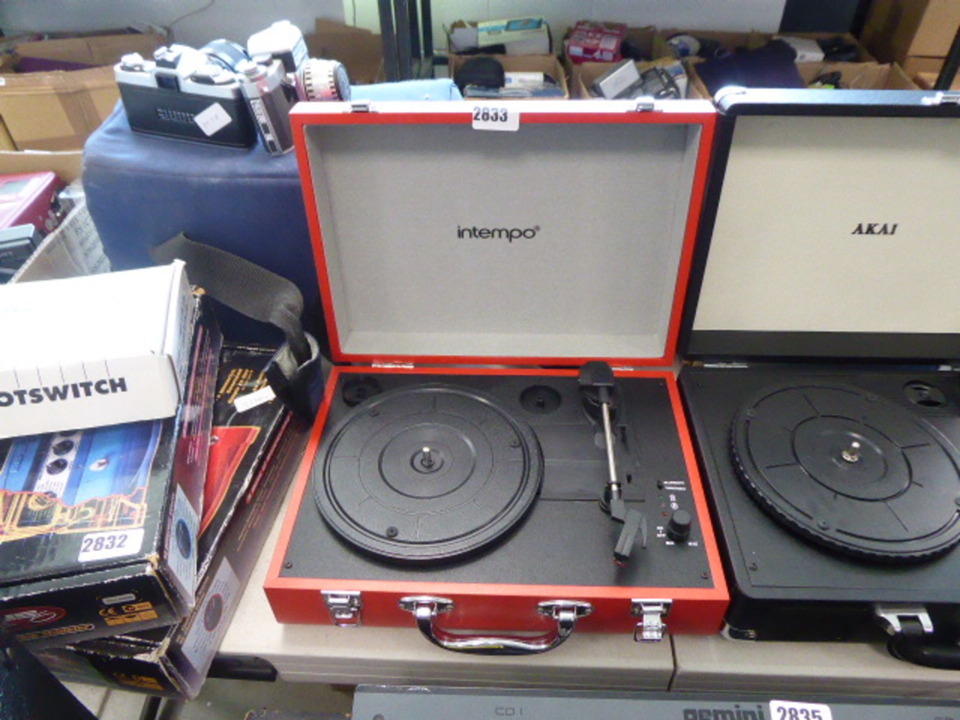 Lotto 2833 - Tempo portable record deck in red case