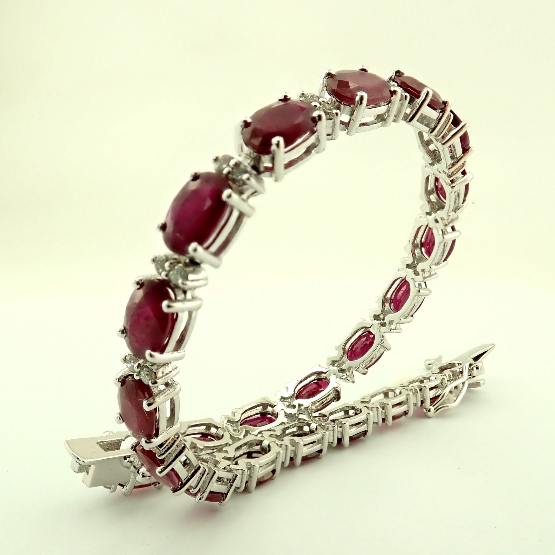 Lot 17 - 14K Diamond & Ruby Bracelet 11,87ct Total