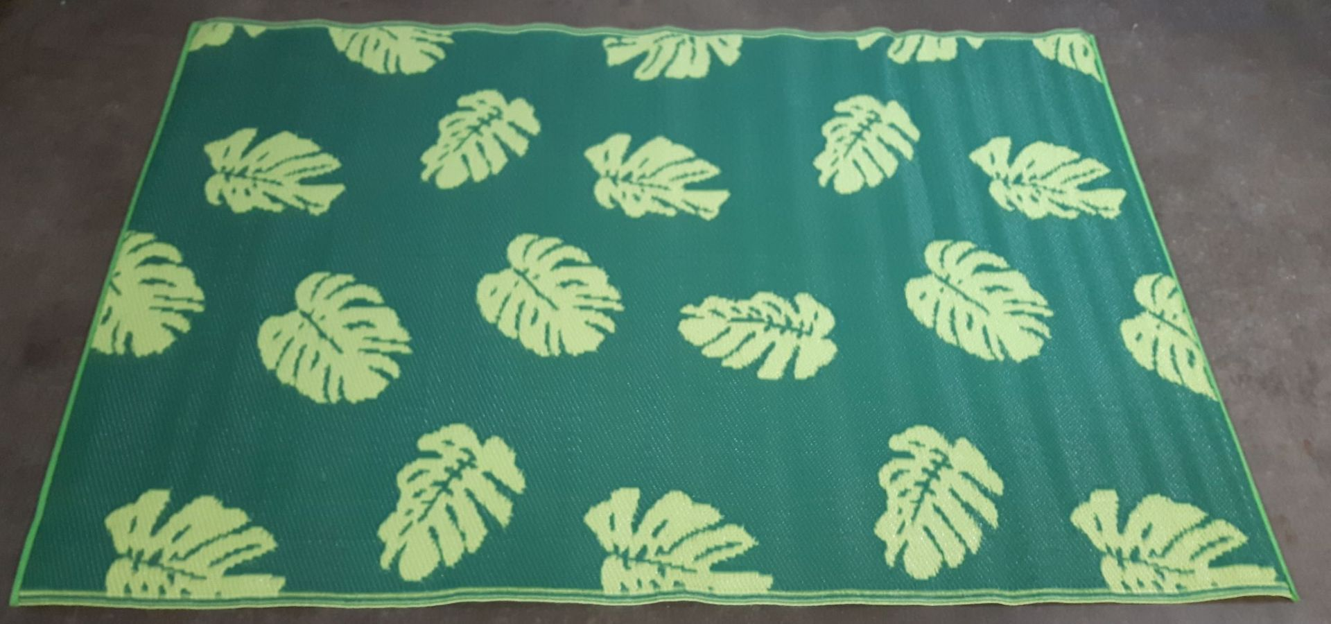 Lot 29 - All weather green leaf mix patio / decking / caravan /beach outdoor rugs