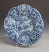 Buckelplatte, Fayence, wohl deutsch 18. Jahrhundert, sandfarbener Scherben, weiß glasiert,blaue
