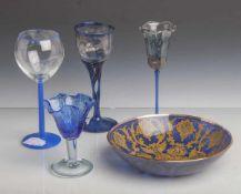 Konvolut von 4 Gläsern u. Glasschale: Weinglas, farbloses Glas, Fuß u. Schaft opak blauüberfangen,