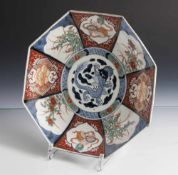 Achtkantteller, Imari, Japan, wohl um 1900, leicht vertieft, unterglasurblau, eisenrot undgold